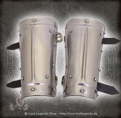 Verzierte Armschienen aus Stahl mit Lederriemen
