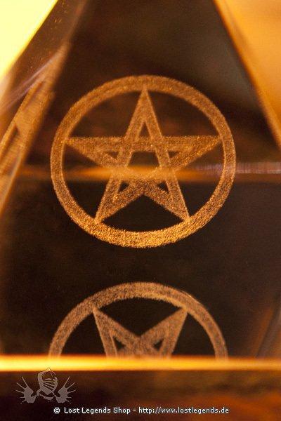 Kristallpyramide mit innenliegendem Pentagram