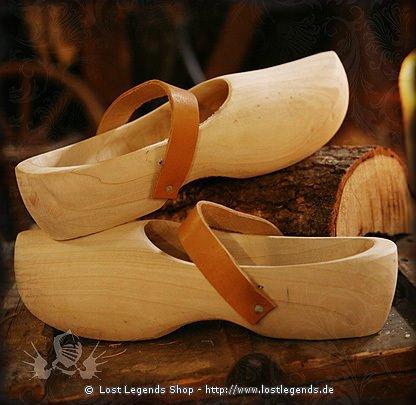 Mittelalterliche Holzschuhe mit Lederriemen