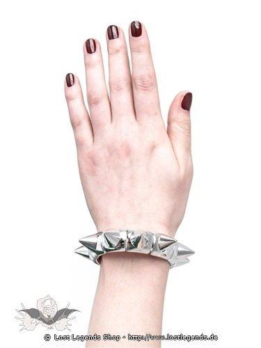 Silbernes Armband mit Kegelnieten aus Plastik