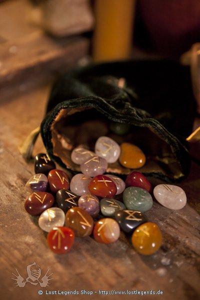 Steinrunen aus Halbedelsteinen